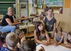 interessierte Lehrerin und Kinder