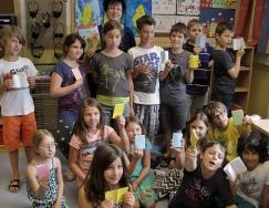 Klassenfoto mit selbst gebastelten Büchlein