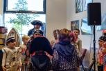 Sabina Sagmeister bewundert die Kostüme